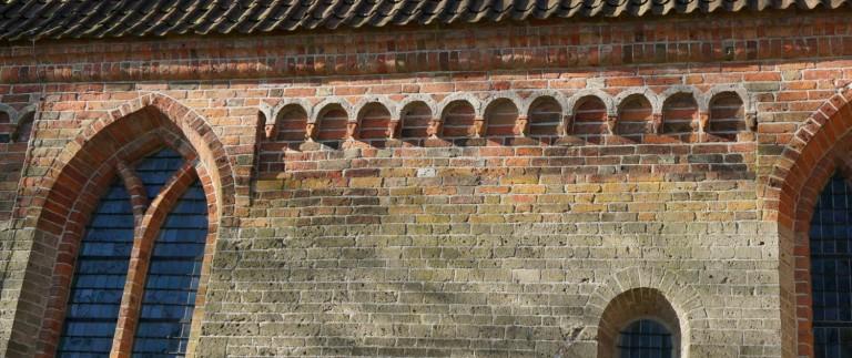 Detail van het muur; tufsteen uit het jaar 1000 met latere wijzigingen in baksteen.